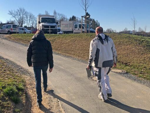 zwei Mitarbeiter laufen