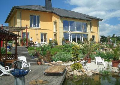 Villa mit Teich und Steg